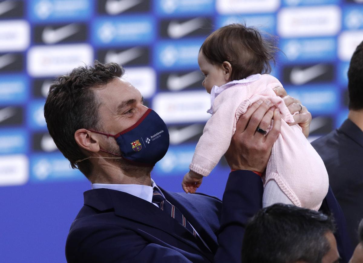 Pau Gasol con su hija en el Palau.