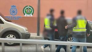 El momento de la detención en una calle de Benissa.