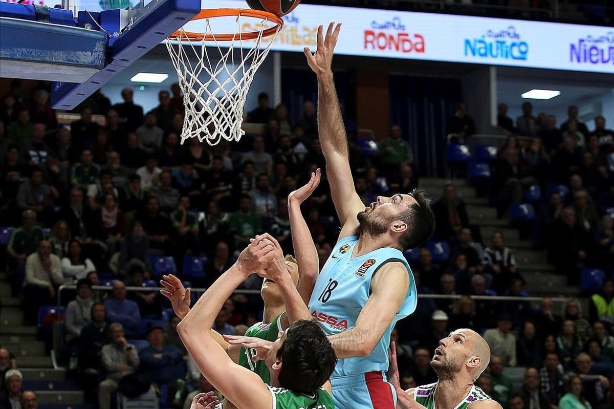 El pívot azulgrana Pierre Oriola salta entre Suárez, Díez y Augustine en el partido del Carpena
