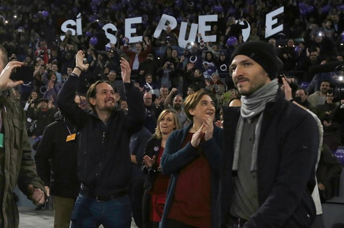Pablo Iglesias, acompañado por Ada Colau, en el mítin de Podemos en la Caja Mágica, en Madrid, este domingo.