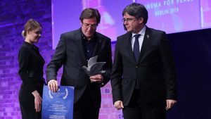 L'equip de 'Dos Cataluñas' torna un premi a l'haver-l'hi entregat Puigdemont