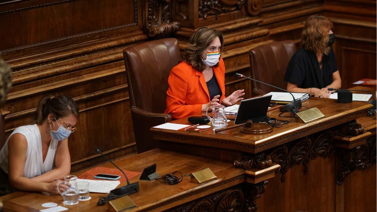 Barcelona reclama al Estado usar su superávit para la crisis del Covid. En la foto, la alcaldesa Ada Colau en el pleno del Ayuntamiento.
