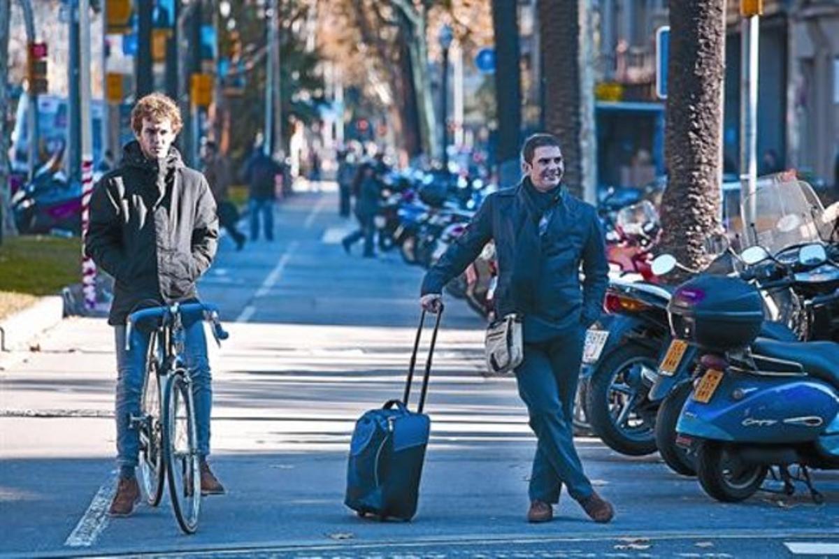 Un ciclista y un peatón esperan que el semáforo se ponga verde en un cruce de la Diagonal, el pasado viernes.
