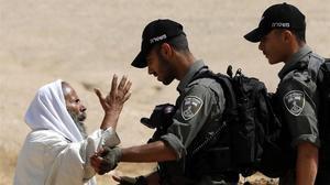 Un palestino discute con soldados israelís el pasado junio al sur de Hebrón.
