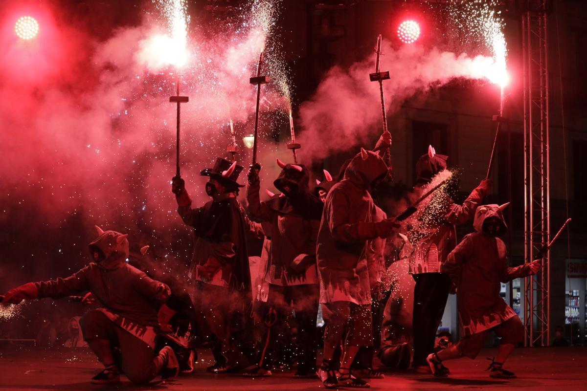 'Diables' durante el Toc d'Inici de las fiestas de la Mercè en la plaza de Sant Jaume, este jueves.