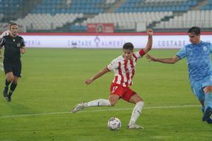 Bernardo intenta tapar el disparo de un jugador del Almería.