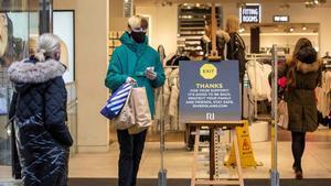 Viandantes compran en una tienda de Dublín el pasado 31 de diciembre.