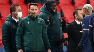 El cuarto árbitro Sebastian Coltescu, durante la controversia racista junto al futbolista del Basaksehir Demba Ba en campo del París SG.