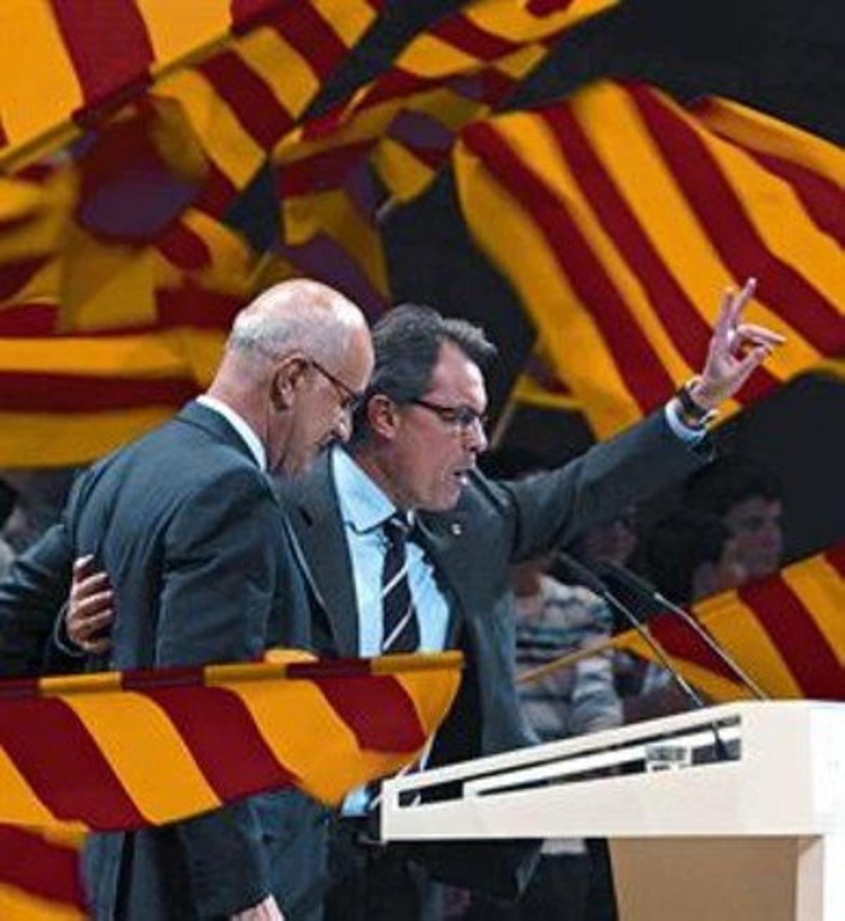 Duran y Mas saludan a los asistentes a un mitin de CiU celebrado en Girona.