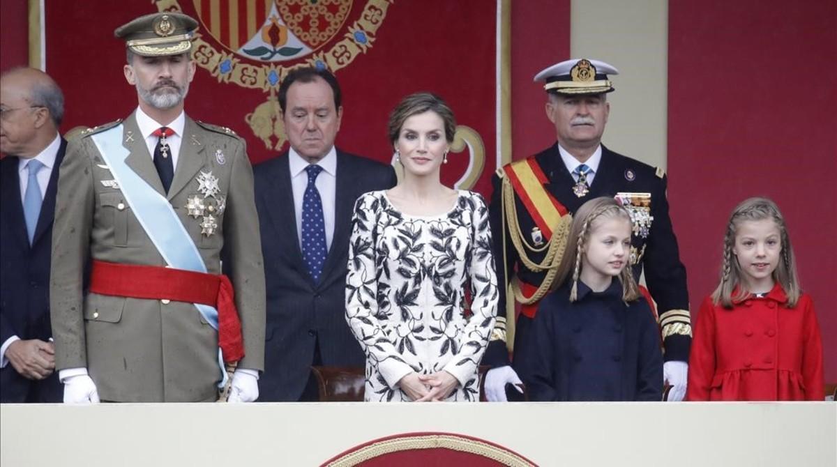 Los Reyes, la princesa de Asturias y la infanta Sofía, en el desfile del 12-O.