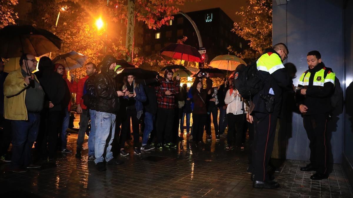 Mossos levantan acta en el Colegio La Llacuna de Poblenou.