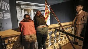 Visitantes en el Museu de Historia en la recreacion del balcón de la Generalitat con Francesc Macià proclamando la Republica Catalana.