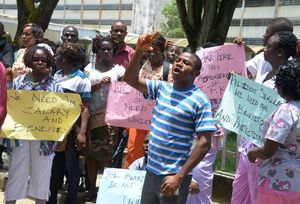 Trabajadores del hospital ohn Fitzgerald Kennedy, de Monrovia (Liberia) se manifiestan.