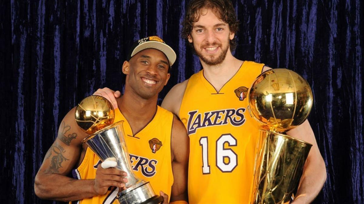 Kobe Bryant y Pau Gasol posan con los títulos de MVP y campeón de la NBA en el 2010.