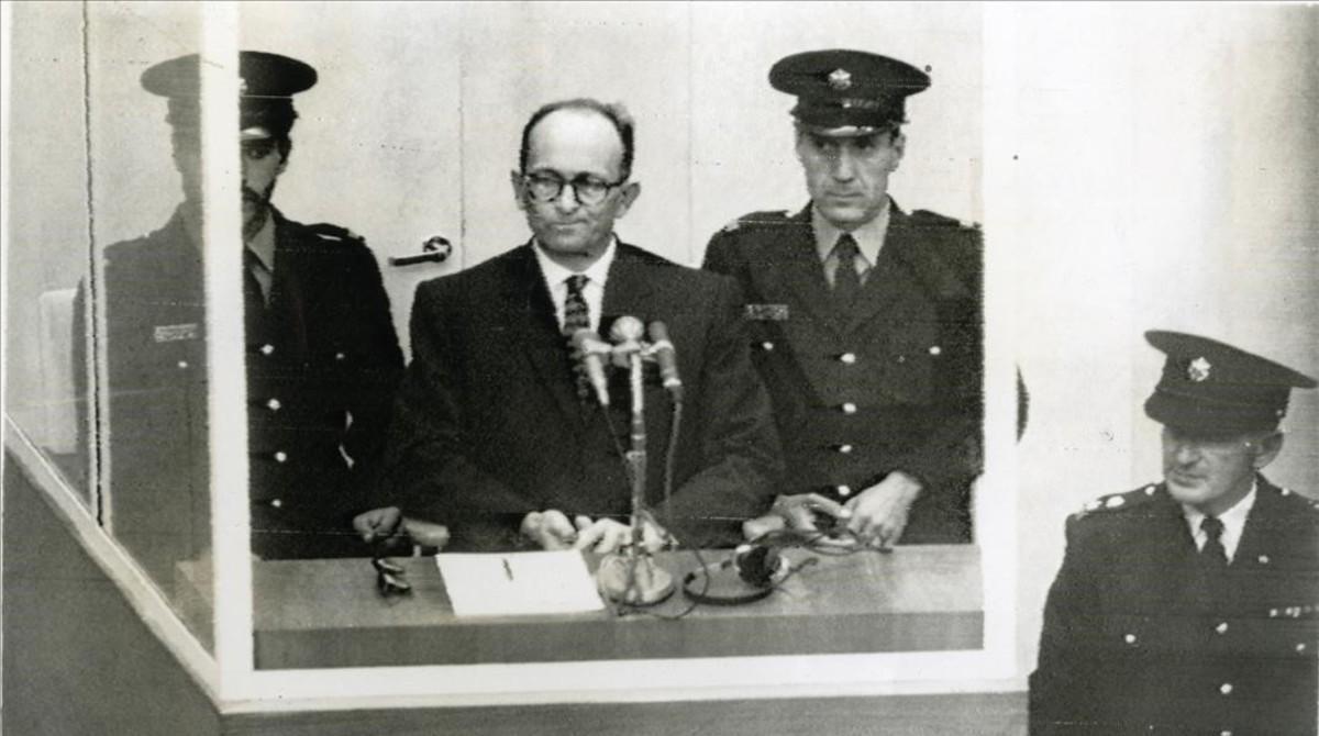 Eichmann, en la jaula acristalada, durante el juicio al que fue sometido en Israel en 1961.