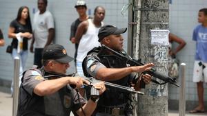 Policías patrullan en la favela Vila Cruzeiro en Río de Janeiro.