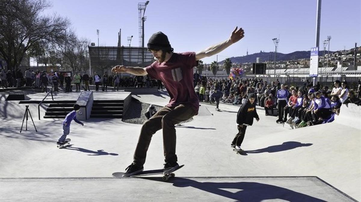 Unos patinadores disfrutan del 'skate park' de Can Zam, en Santa Coloma de Gramenet.