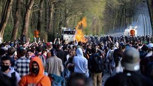 Agentes de la Policía belga se enfrentan a manifestantes en el parque Bois de la Cambre.