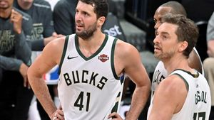 Mirotic, junto a Pau Gasol, en un partido de la pasada temporada de la NBA, con los Milwaukee Bucks