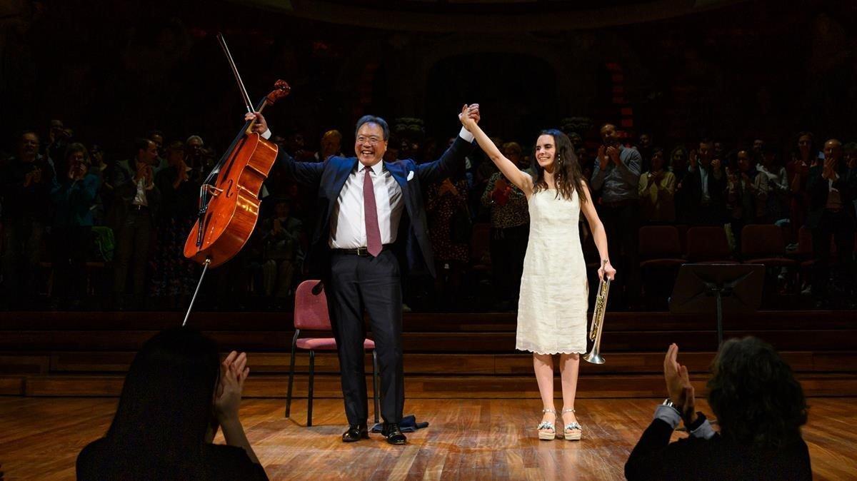 Yo-Yo Ma y Andrea Motis, al acabar el concierto en el Palau y recibir una apoteósica ovación.