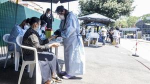 Pruebas voluntarias de covid en Roma a pasajeros de un bus procedente de Rumanía.
