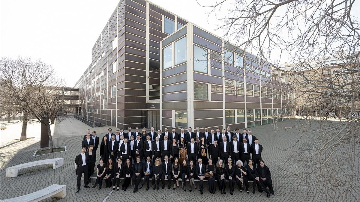 Los músicos de la Orquestra Sinfònica de Barcelona i Nacional de Catalunya (OBC) frente alAuditori, su sede.