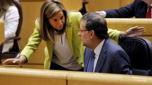 Ana Mato habla con Mariano Rajoy, en el Senado, el pasado mes de septiembre.