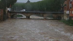 El Pont Nou de la Bisbal d'Empordà, que cruza el Daró, en nivel de alerta, por las lluvias acumuladas.