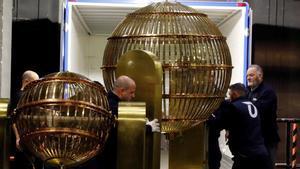 Dos bombos de la Lotería de Navidad, a su llegada al Teatro Real de Madrid.