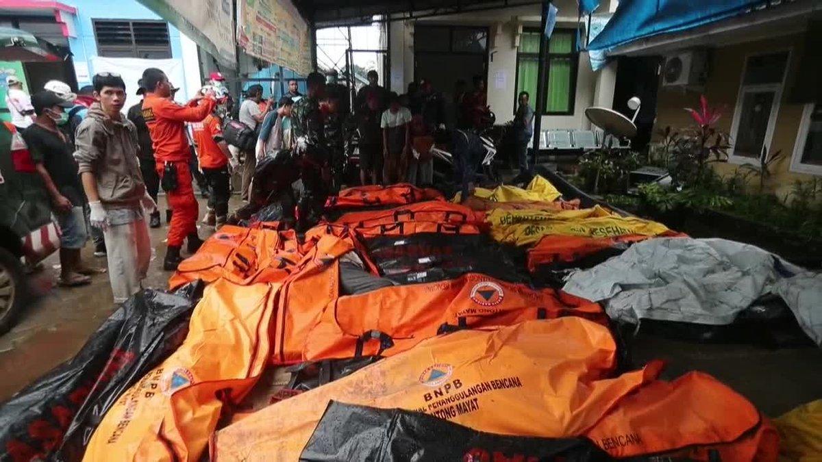 El tsunami causa al menos 220 muertos y 745 heridos.