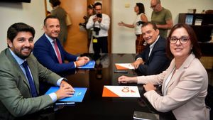 Un momento de las negociaciones entre el Partido Popular y Ciudanos en Murcia, en julio de 2019. En primer plano, Fernando López Miras, del PP y actual presidente, e Isabel Franco, de Ciudadanos, actual número dos del Gobierno autonómico murciano.