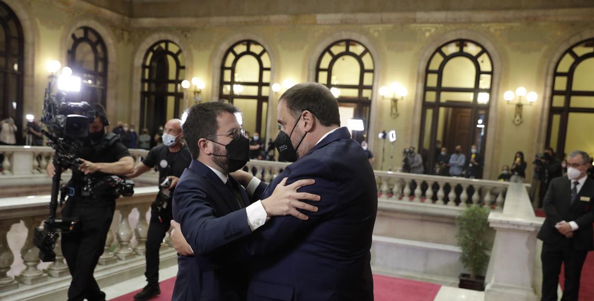 Pere Aragonès, el nuevo president de la Generalitat, felicitado por Oriol Junqueras.
