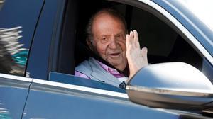 El rey emérito, Juan Carlos I, a la salida de un centro médico de Pozuelo de Alarcón tras ser sometido a un triple baipás, el 31 de agosto del 2019.
