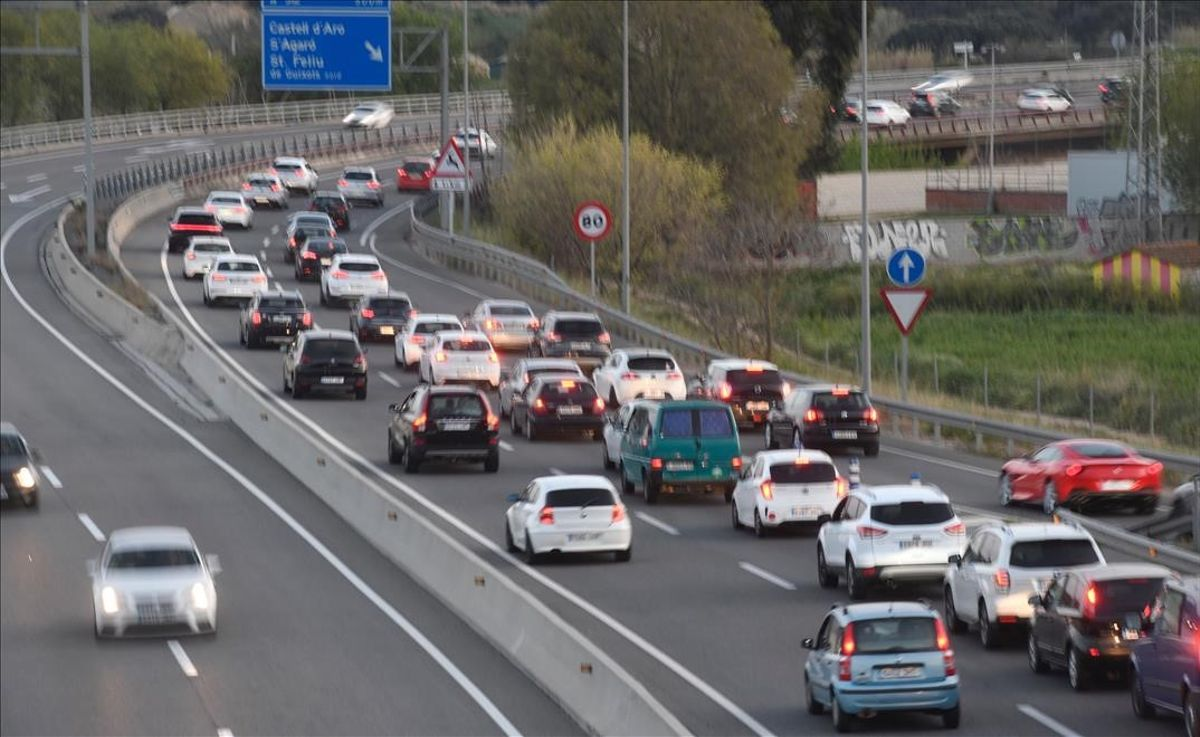 Tráfico lento en la C-31 a la altura de Platja d'Aro, en la tarde del domingo 4 de abril.