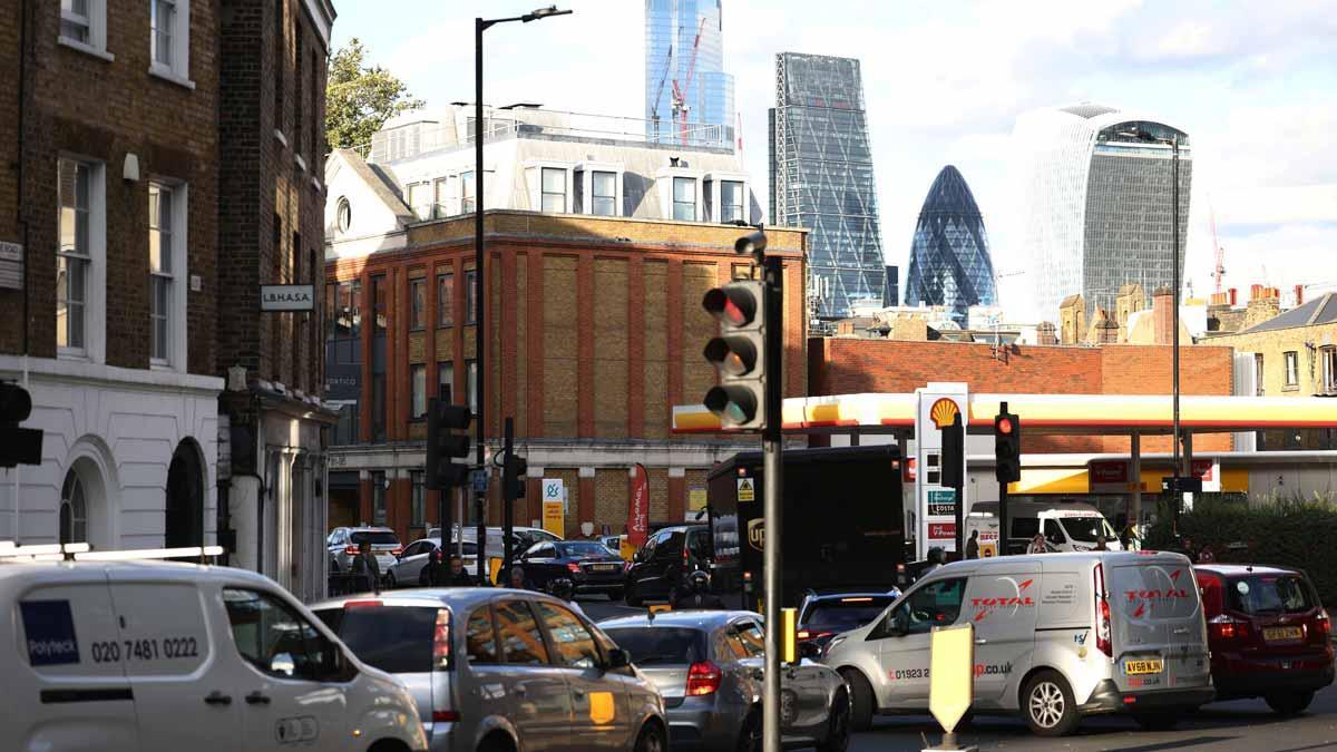 Cola de vehículos para repostar gasolina en una estación de servicio en Londres.