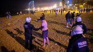 La policía dispersa el botellón en las playas, el pasado mayo.
