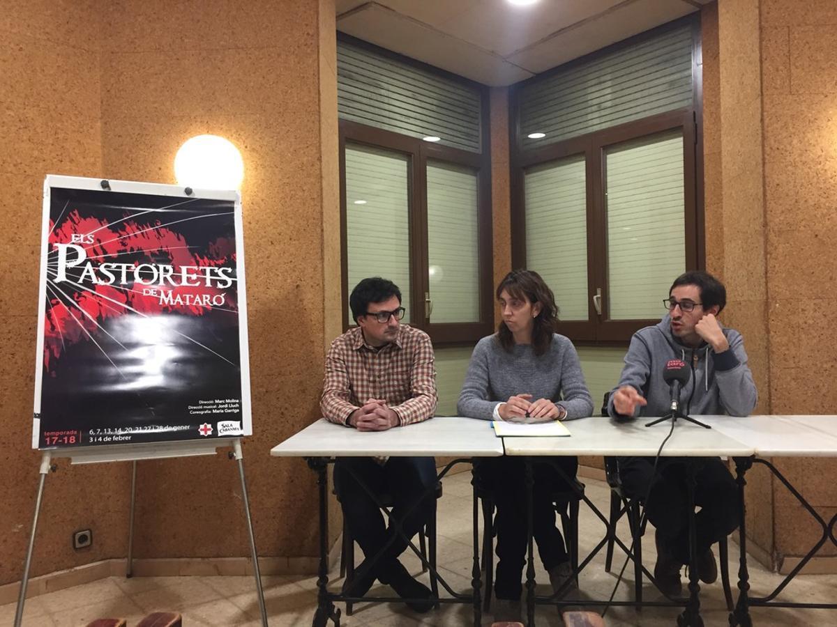 De izquierda a derecha, Enric Punsola, autor del cartel de Els Pastorets de 2018; Anna Gené, presidenta de Sala Cabanyes; y Marc Molina, el nuevo director del emblemático espectáculo de las Navidades en Mataró.