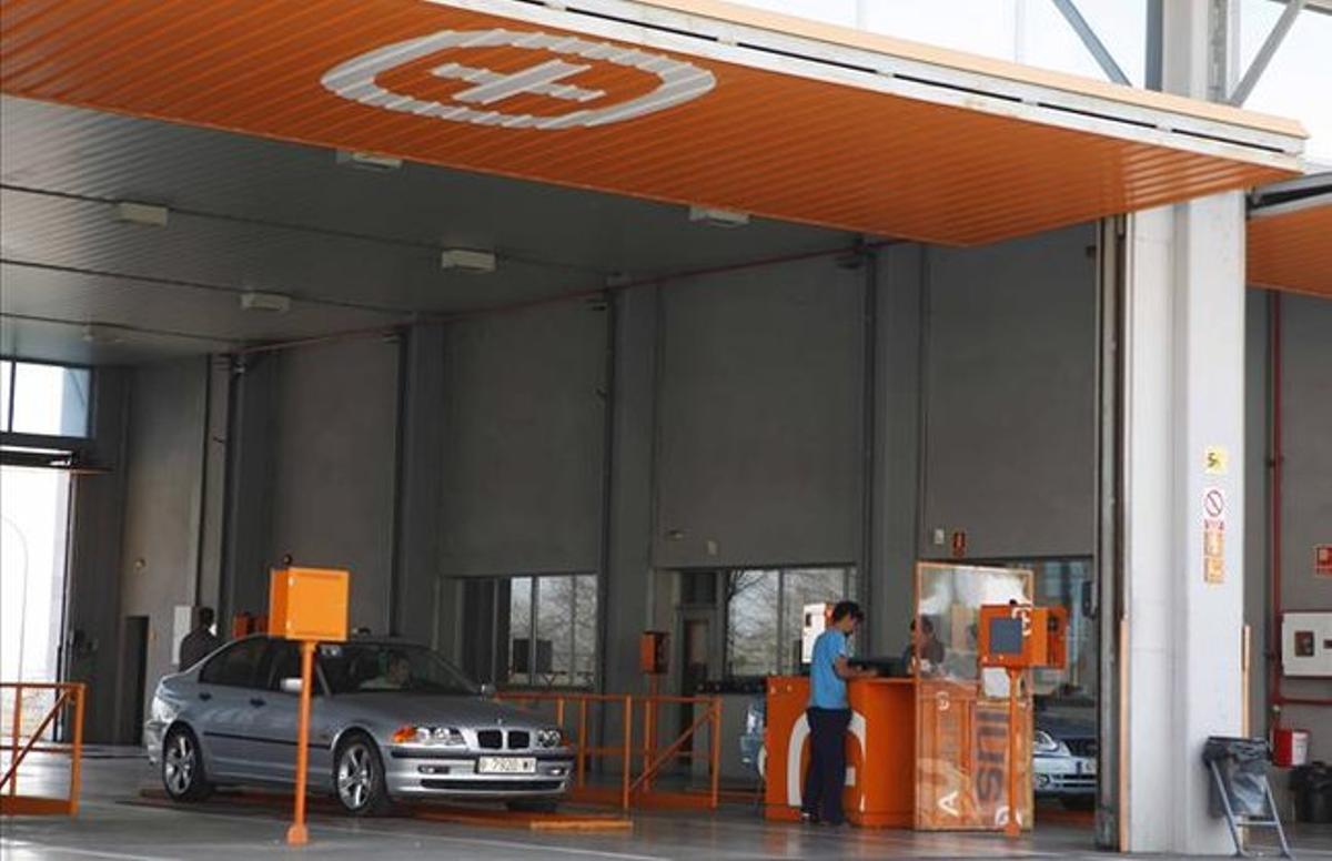 Un automóvil pasa la inspección en un centro ITV de Sabadell.