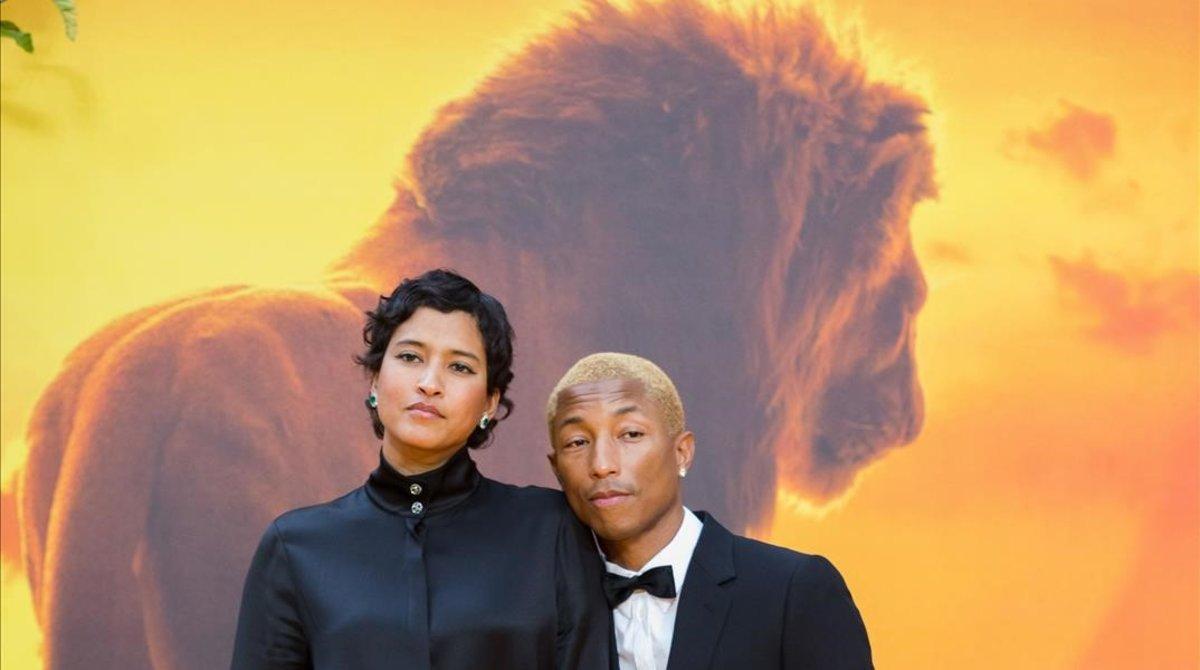 El cantante Pharrell Williams posa con su mujer Helen Lasichanh en el estreno de 'El rey León', en Londres.