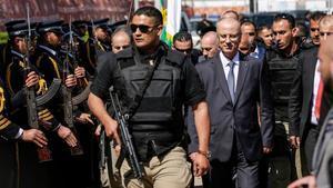 El primer ministro palestino, Rami Hamdala, a su llegada a Gaza tras salir ileso de la explosión que ha afectado al convoy de vehículos en el que viajaba.
