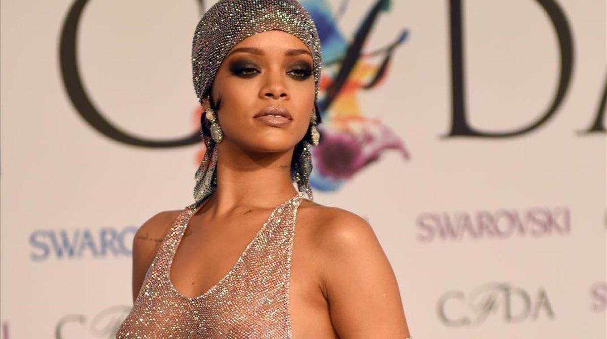 Rihanna posa en el 'photocall' de los Premios CFDA, que tuvieron lugar en el Lincoln Center de Nueva York, en el 2014.