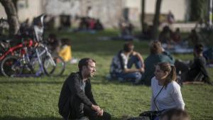 El impulsor de Camping en el Parc del Poblenou, conversando sobre la hierba junto al chiringuito desde el que se organizan actividades propuestas por la gente.
