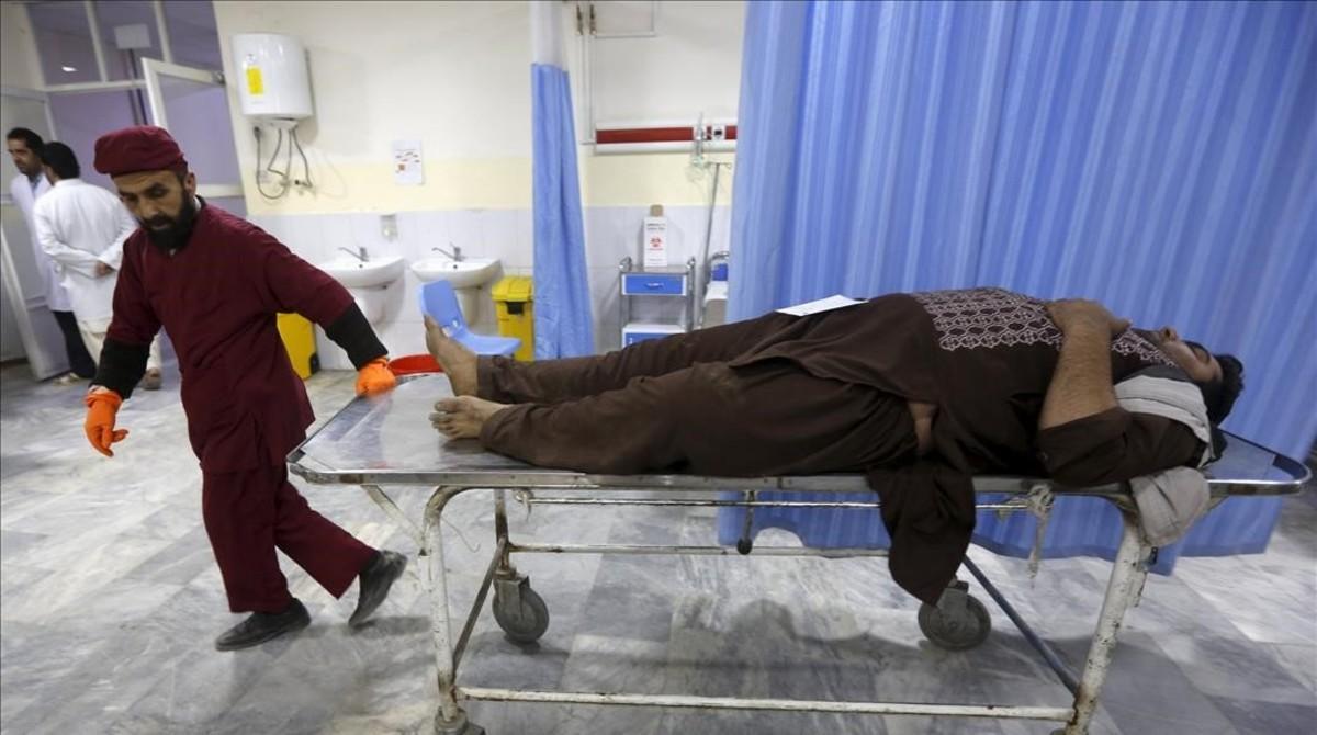 Un hombre recién llegado al hospital para ser tratado por las heridas ocasionadas en el atentado de este martes.