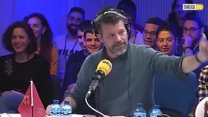 Quequé canta el himno de Españay su interpretación provoca el aplauso generalizado en el público.