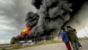 Un incendio en una nave industrial de Seseña produce una gran nube de humo