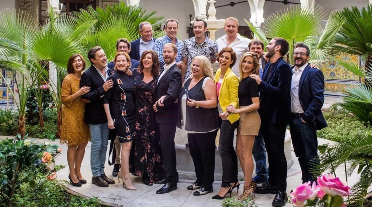 El reparto al completo de 'Allí abajo', durante una pausa del rodaje, este miércoles en Sevilla.