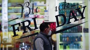 Escaparate con el anuncio del 'Black Friday' en Barcelona