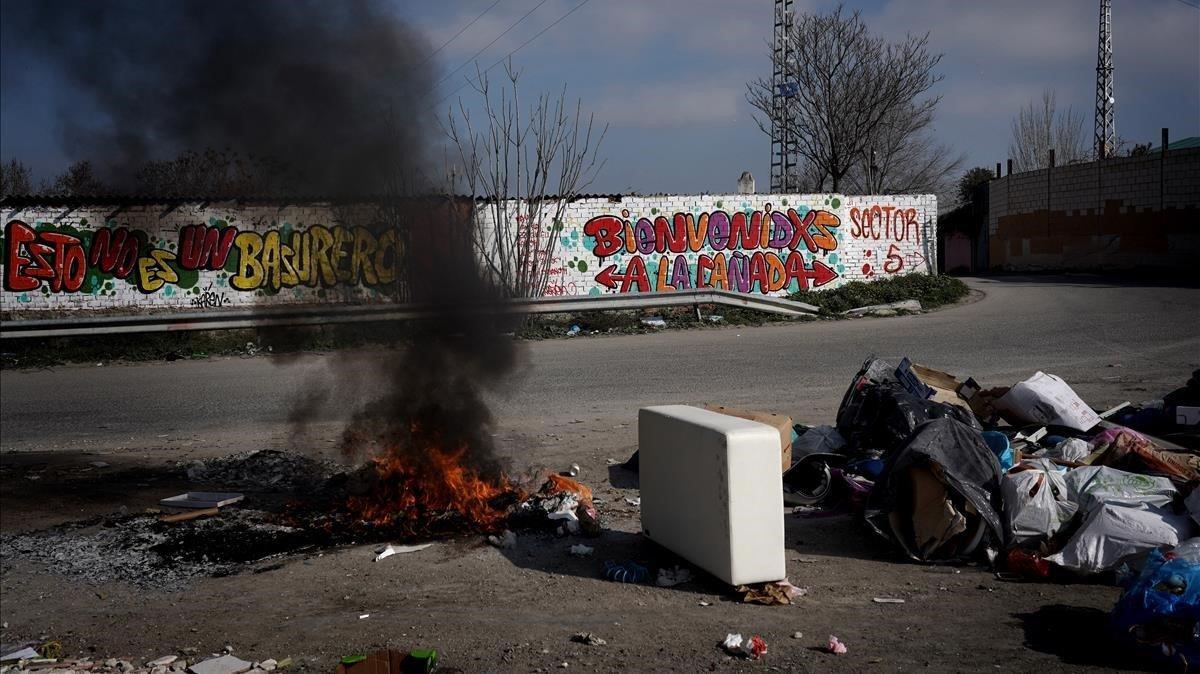 Una realidadsueña el cartel, y otra arde en el suelo.