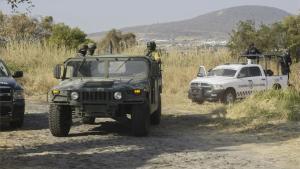 Elementos del Ejército de México resguardan una fosa clandestina.