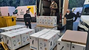 Varios operarios descargan una remesa de vacunascontra la covid-19 a su legadaa la localidad barcelonesa de Sant Sadurní d'Anoia.